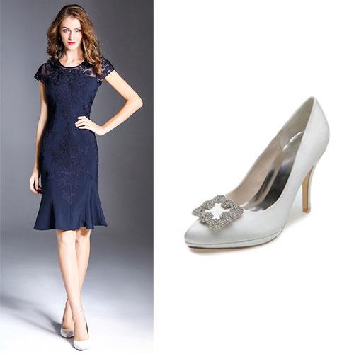 robe bleu marine sirène appliqué et escarpin blanche orné de strass